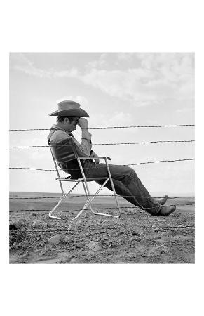 frank-worth-james-dean-seated-behind-fence