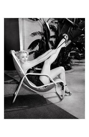 frank-worth-marilyn-monroe-in-bathing-suit-with-leg-up