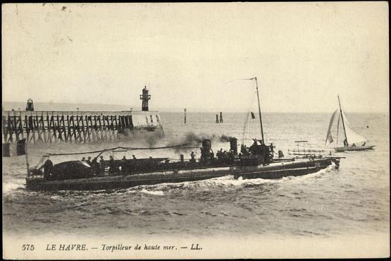 franzoesisches-kriegsschiff-im-hafen-segelboot