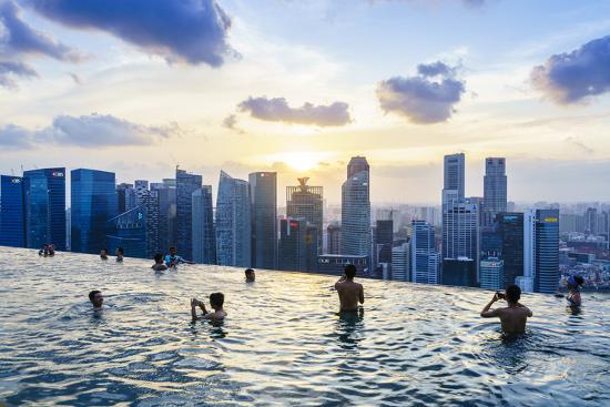 fraser-hall-infinity-pool-on-roof-of-marina-bay-sands-hotel-with-spectacular-views-over-singapore-skyline