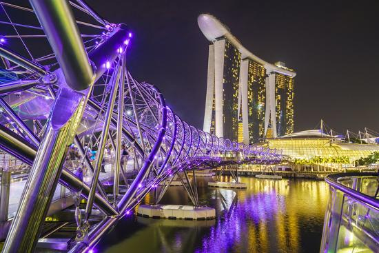 fraser-hall-people-strolling-on-the-helix-bridge-towards-the-marina-bay-sands-and-artscience-museum-at-night