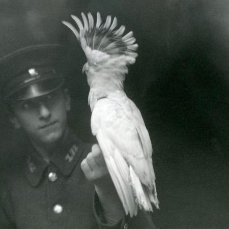 frederick-william-bond-a-keeper-holds-a-young-cockatoo-at-london-zoo-september-1921
