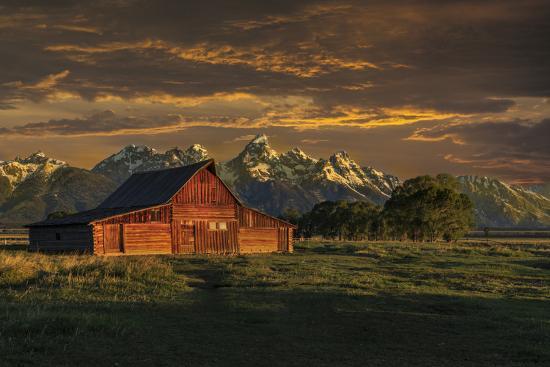 galloimages-online-moulton-barn-sunrise