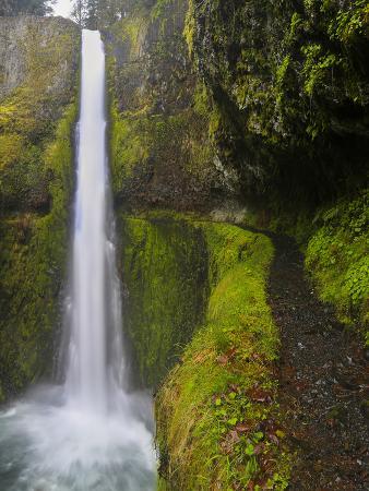 gary-luhm-tunnel-falls-on-eagle-creek-columbia-gorge-oregon-usa