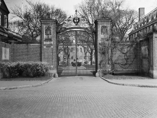 gate-entrance-to-harvard-university