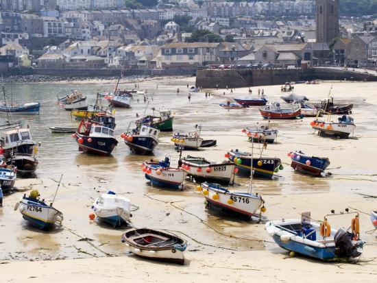 gavin-gough-fishing-boats-stranded-in-harbour-at-low-tide