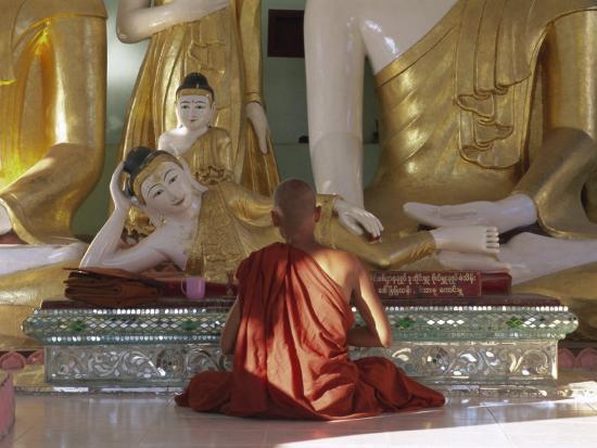 gavin-hellier-buddhist-monk-worshipping-at-shwedagon-paya-shwe-dagon-pagoda-yangon-rangoon-myanmar-burma