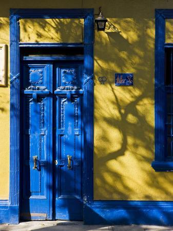 gavin-hellier-colourfully-painted-housefronts-in-the-trendy-district-of-barrio-bellavista-santiago-chile