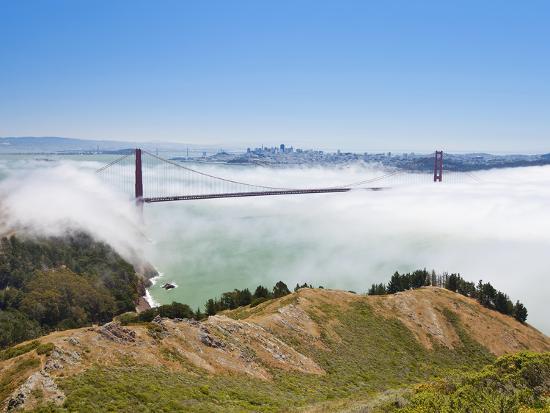 gavin-hellier-golden-gate-bridge-and-the-san-francisco-skyline-floating-above-the-fog-on-a-foggy-day-in-san-franc