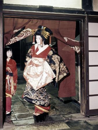 geisha-entering-a-tea-house-in-the-shimabara-district-of-kyoto-one-of-japan-s-earliest-pleasure