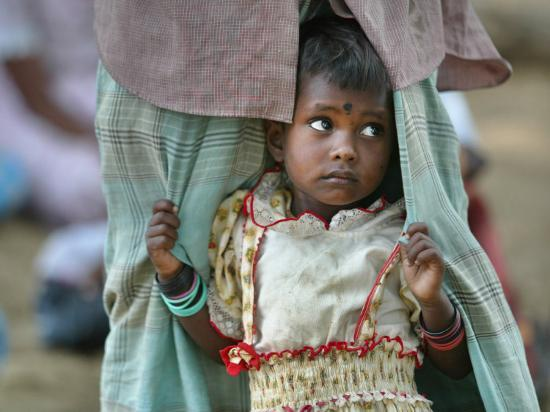 gemunu-amarasinghe-a-displaced-tamil-child-hangs-to-her-father-s-sarong