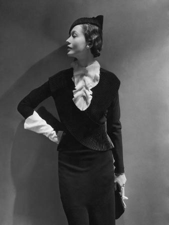 george-hoyningen-huene-vogue-september-1933-toto-koopman-turned-to-profile