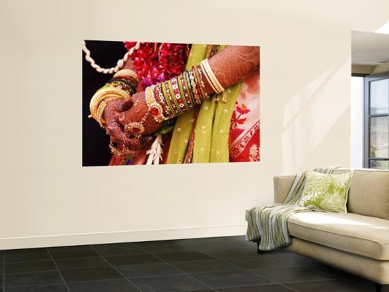 gerard-walker-bejewelled-bride-with-henna-hands-at-mumbai-wedding