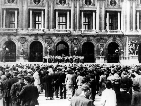 german-military-band-giving-a-concert-occupied-paris-1940-1944