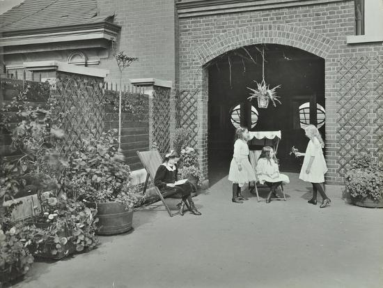 girls-relaxing-in-a-roof-top-garden-white-lion-street-school-london-1912