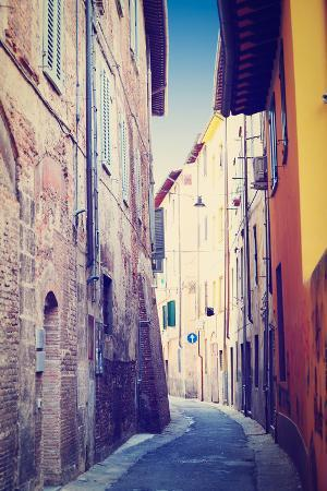 gkuna-narrow-alley