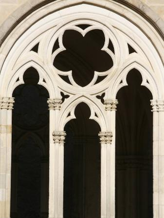 godong-gothic-architecture-in-notre-dame-church-st-pere-yonne-burgundy-france-europe