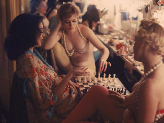gordon-parks-showgirls-playing-chess-between-shows-at-latin-quarter-nightclub