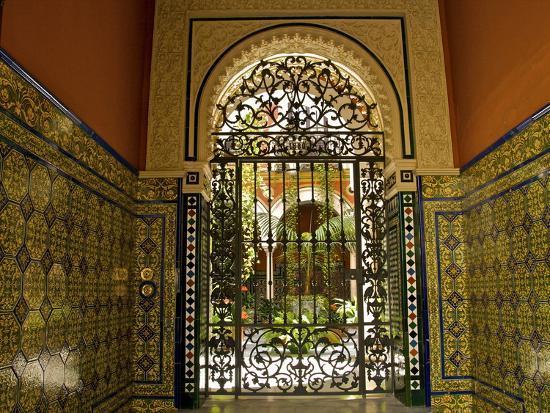 guy-thouvenin-beautiful-sevillan-patio-triana-district-sevilla-andalusia-spain-europe