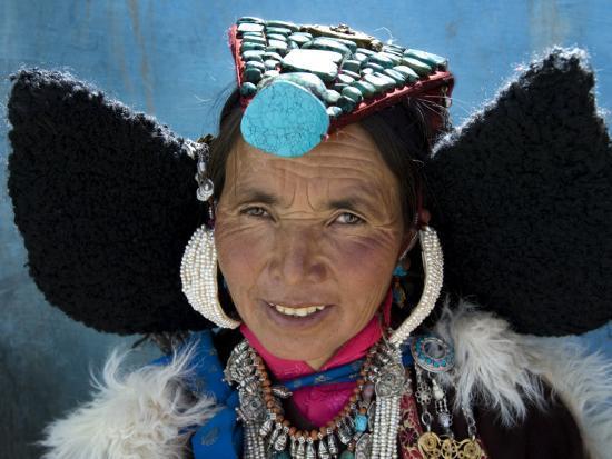 guylain-doyle-woman-wearing-traditional-headgear-perak-for-ladakh-festival
