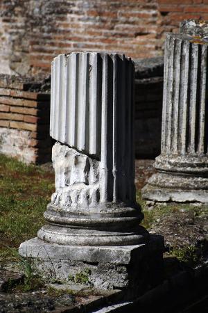 hadrian-s-villa-column-of-maritime-theatre-italy