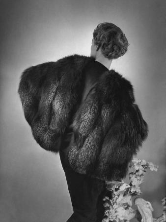horst-p-horst-vogue-august-1934-augustabernard-fox-fur-cape