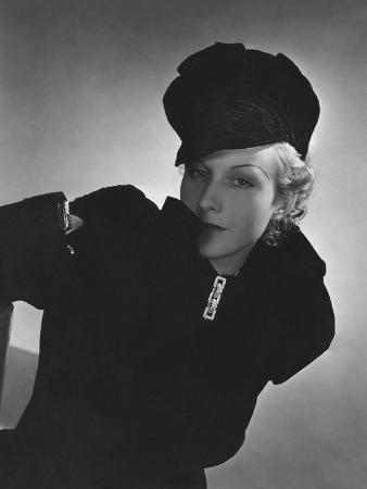 horst-p-horst-vogue-october-1935-cora-hemmet-in-black-velvet