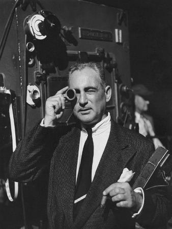 howard-jean-vogue-february-1952-cinematographer-on-film-set