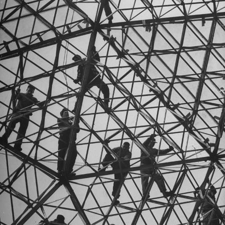 howard-sochurek-workmen-covering-top-of-the-geodesic-dome-ford-rotunda-outside-their-river-rouge-plant