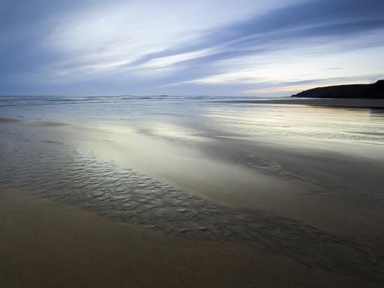 ian-egner-beach-streams-leading-to-the-sea-on-sandymouth-bay-cornwall-england-united-kingdom-europe