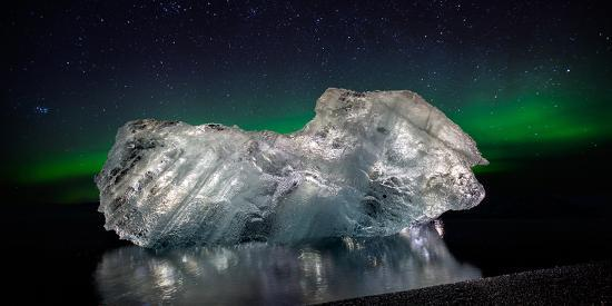 ice-with-the-aurora-borealis-ice-formations-come-from-the-jokulsarlon-glacial-lagoon
