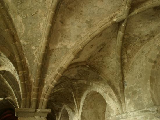 interior-of-le-mont-st-michel-cathedral-with-ornate-and-decorative-archways-in-france