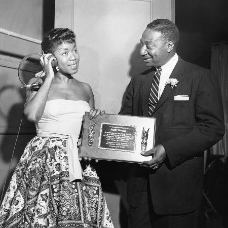 isaac-sutton-sarah-vaughan-receives-honor-chicago-1955