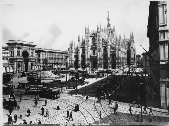 italy-milan-duomo-square-people-and-trams