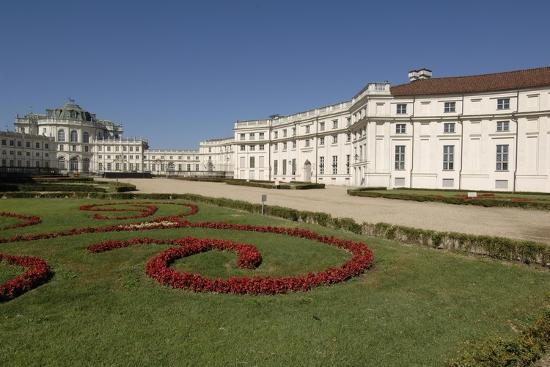italy-piedmont-stupinigi-palazzina-di-caccia-royal-hunting-lodge-with-garden-in-foreground