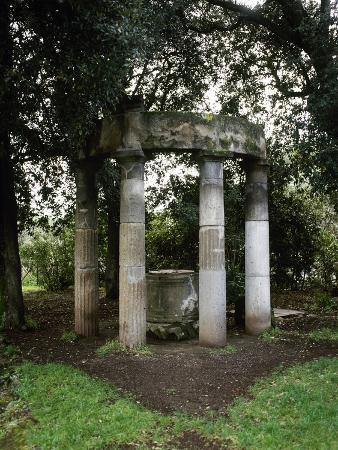 italy-pompeii-triangular-forum-tholos-with-sacred-deep-well