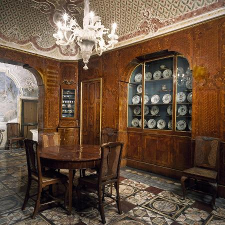 italy-sicily-catania-palazzo-biscari-dining-room-walls-covered-with-decorative-wooden-panel