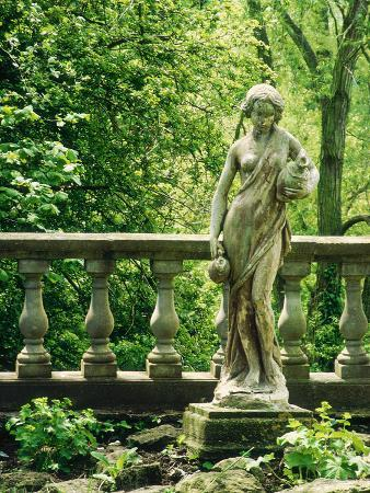 jacqui-hurst-statue-of-woman-with-pitchers-ballustrade-woodland-melford-house-dorset