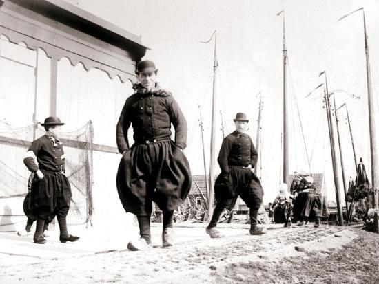 james-batkin-men-in-traditional-dress-marken-island-netherlands-1898
