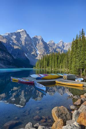 jamie-judy-wild-canada-banff-np-valley-of-the-ten-peaks-moraine-lake-canoe-dock