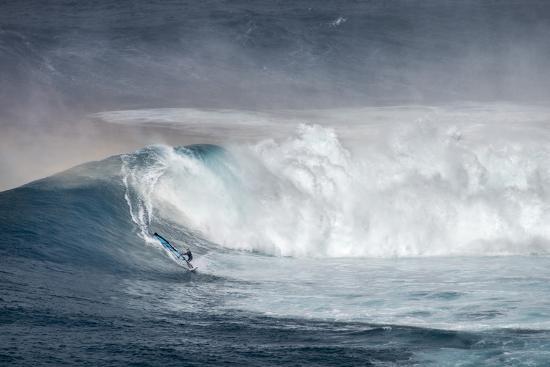 janis-miglavs-hawaii-maui-lone-windsurfer-on-monster-waves-at-pe-ahi-jaws-north-shore-maui