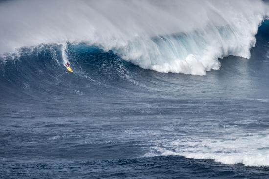 janis-miglavs-kai-lenny-on-stand-up-paddle-board-surfing-monster-waves-at-pe-ahi-jaws-north-shore-maui