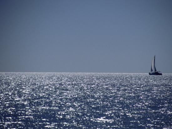 jason-edwards-a-lone-sailboat-on-the-horizon-in-shark-bay