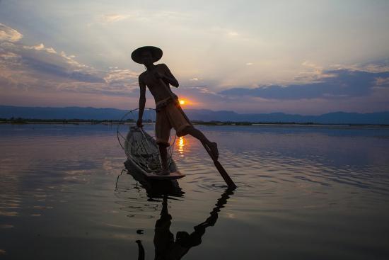 jaynes-gallery-myanmar-inle-lake-fisherman-rowing-at-sunset