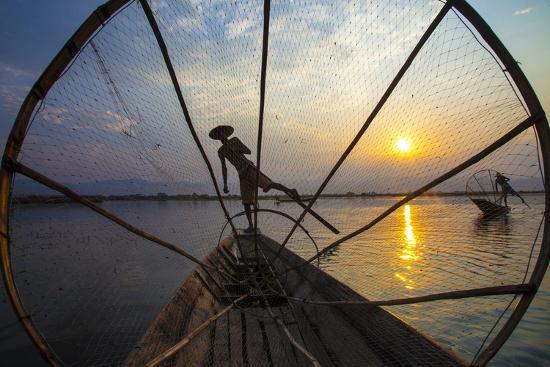 jaynes-gallery-myanmar-inle-lake-fishermen-rowing-at-sunset
