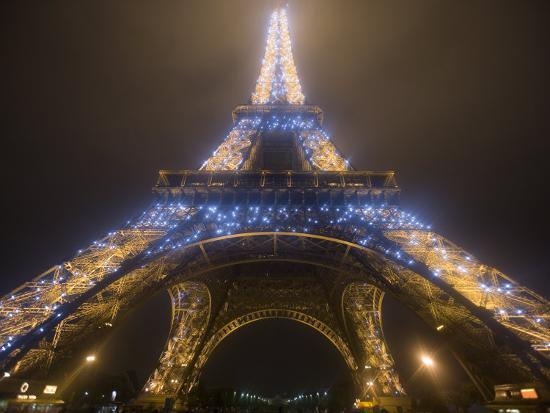 jim-zuckerman-looking-up-at-eiffel-tower-in-fog-and-rain-at-night-paris-france