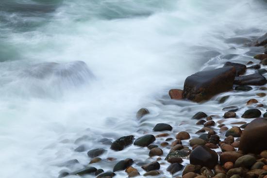 joanne-wells-maine-acadia-np-ocean-waves-breaking-on-rocks-along-ocean-drive