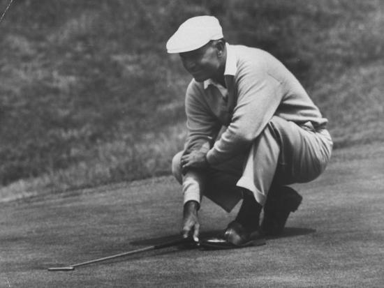 joe-scherschel-golfer-ben-hogan-lining-up-his-putt