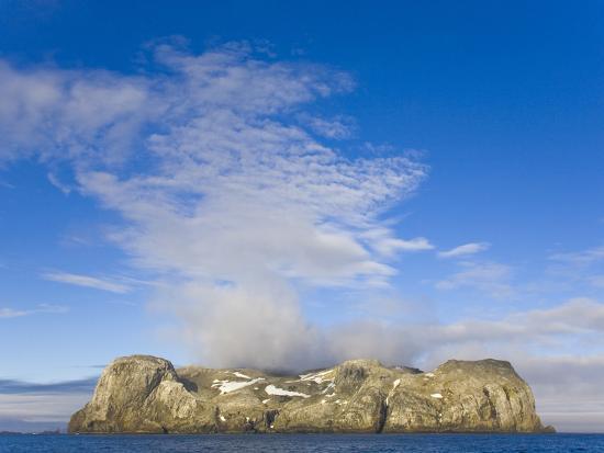 john-eastcott-yva-momatiuk-morning-fog-over-small-rocky-island-at-south-shetland-islands
