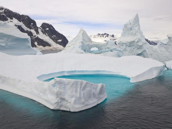 john-eastcott-yva-momatiuk-stranded-icebergs-in-shallow-bay-near-boothe-island